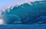 Surfer tombe sous mega vague