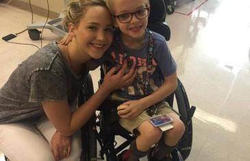 Jennifer Lawrence visite les enfants à l'hôpital Shriners