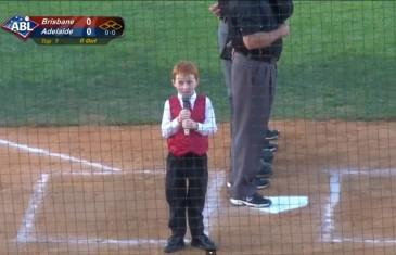 Garçon de 7 ans chante l'hymne national avec le hoquet