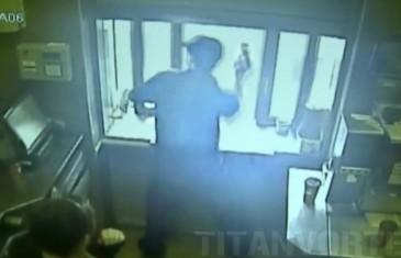 Employé de Tim Hortons lance café à un client