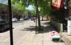 Elle se fait bronzer sur le trottoir à Montréal