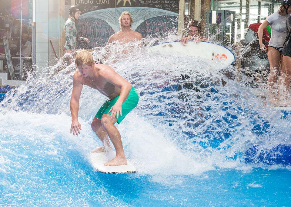 Une journée gratuite de surf au Quartier DIX30