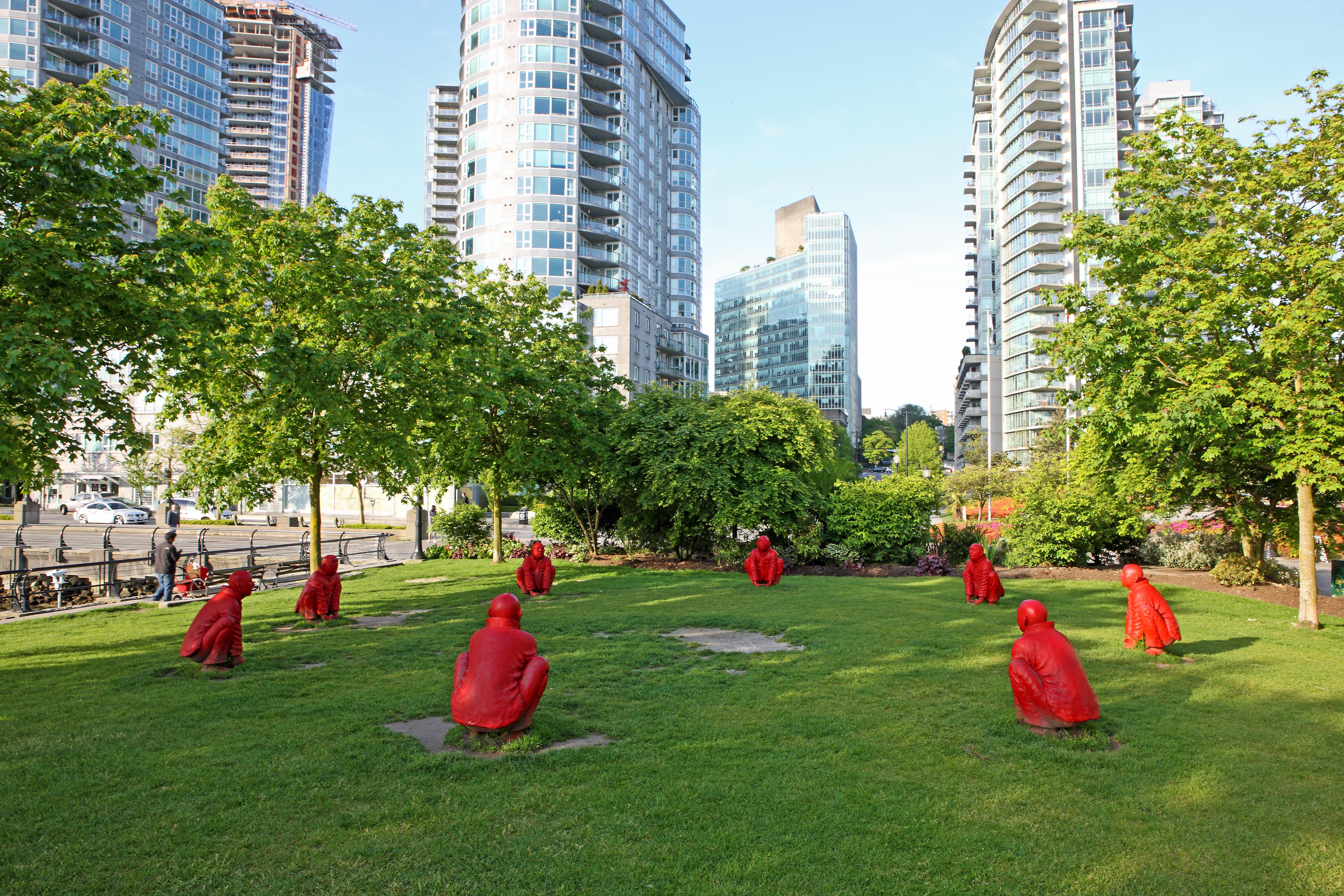 Wang Shugang (né en 1960), L'assemblée, 2007, 8 figures en bronze peint, 92 x 75 cm (chacune). Collection de l'artiste, prêt de la Biennale de Vancouver, en collaboration avec la Collection d'arts visuels de l'Université McGill. Photo Dan Fairchild