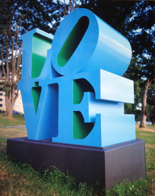 Robert Indiana (né Robert Clark en 1928), LOVE Blue Green, 1996, aluminium peint, 1/2, épreuve d'artiste, 193 x 169 x 91 cm. Buschlen Mowatt Nichol Foundation, prêt de la Biennale de Vancouver. Robert Indiana / SODRAC (2017). Photo Dave Aharonian