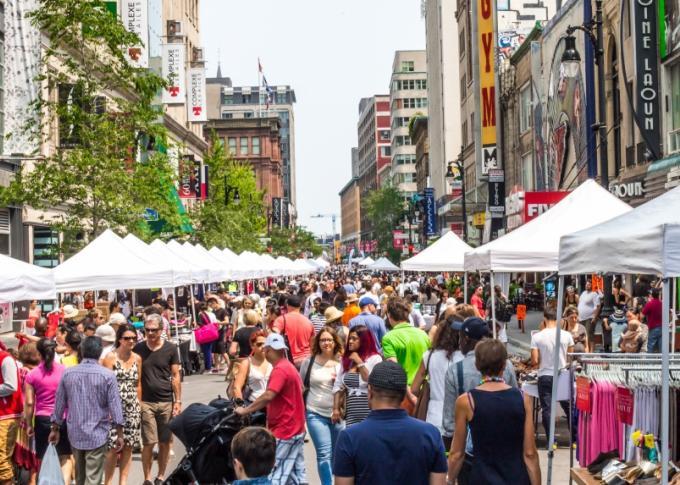 C'est la grande vente trottoir ce week-end sur Sainte-Catherine à Montréal