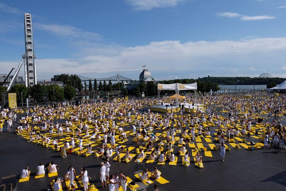 Près de 10 000 yogis dans le Vieux-Port pour le Lolë White Tour Montréal