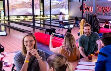 Reportage vidéo | Le BoulZeye Pub et Attractions pour s'éclater entre amis à Montréal