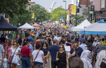 La première vente trottoir de la saison sur l'Avenue Mont-Royal a lieu ce week-end