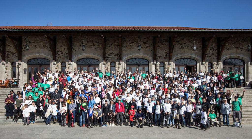 400 personnes par un dimanche ensoleillé font le grand nettoyage du Mont-Royal