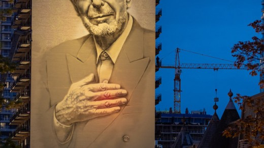 L'imposante murale de Leonard Cohen est maintenant illuminée la nuit au centre-ville