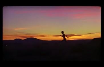 VIDÉO | Le chanteur Aliocha présente sa nouvelle chanson Naked en courant complètement nu dans son clip