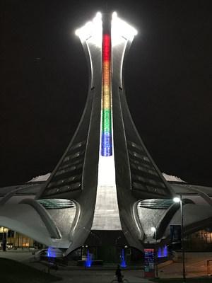 La Tour de Montréal du Parc olympique illuminée aux couleurs de l'arc-en-ciel