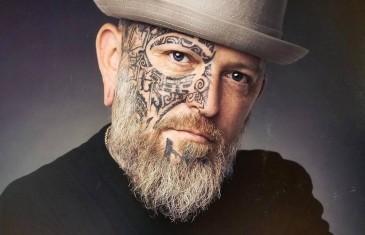 Un populaire artiste tatoueur dénonce le manque d'aide à son industrie