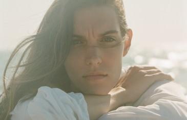 Charlotte Cardin dévoile son nouveau vidéoclip de la chanson Anyone Who Loves Me
